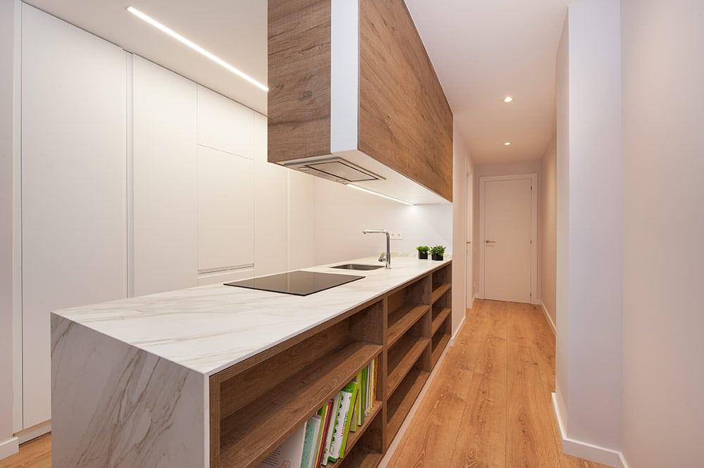 Estanterías de madera tras el mueble de la cocina para librería, accesorios de decoración y almacenaje.