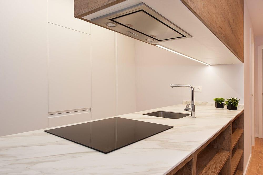 Mampara neff integrada al sobre mueble de cocina. Reforma cocina Sincro