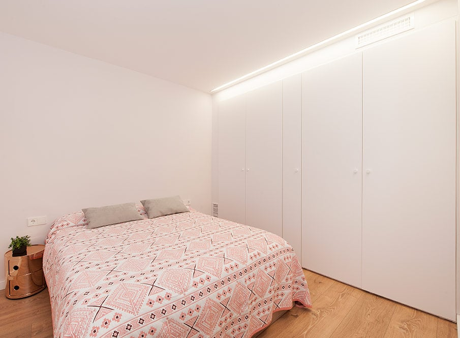 Dormitorio con armario empotrado y led
