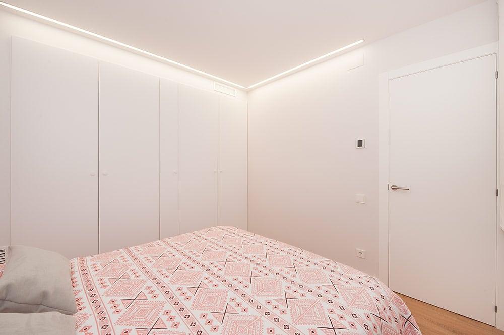 Tira LED en forma de L para iluminar frente armario del dormitorio principal.