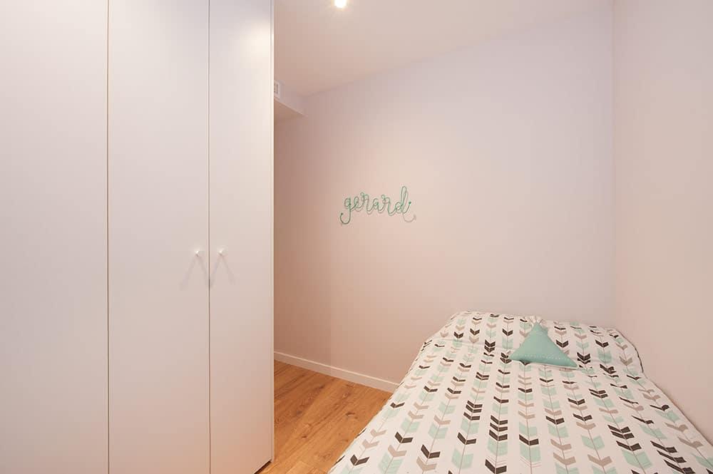 Dormitorio infantil con colgador artesanal