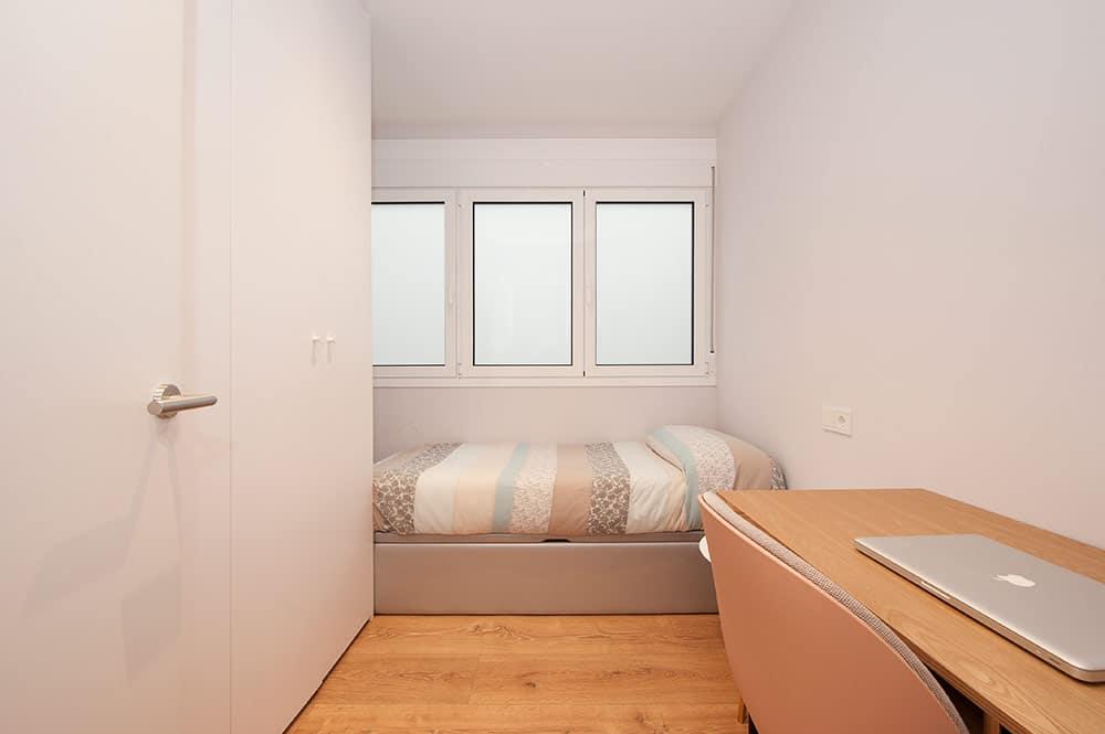 Dormitorio de invitados con escritorio. Reforma de piso en Barcelona.
