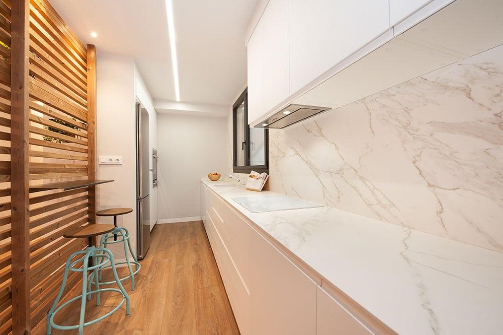 Separador de listones de madera que hace de barra en la cocina