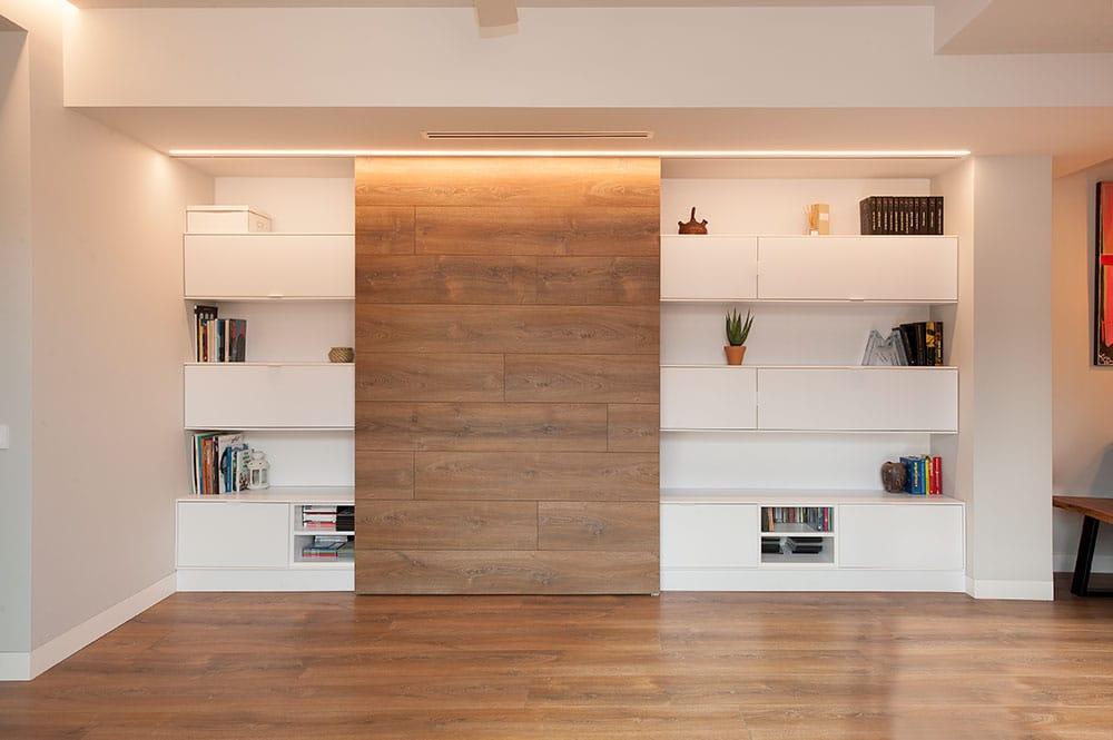 Puerta corredera de madera para ocultar televisión