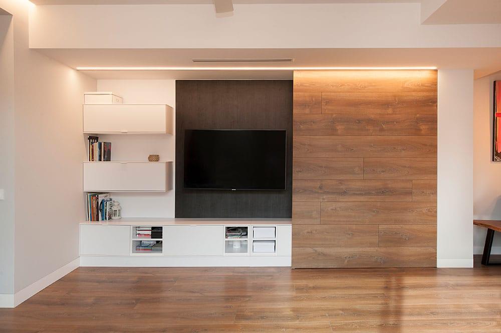 Mueble tv con puerta corredera de madera para ocultar televisión cuando no esté en uso.