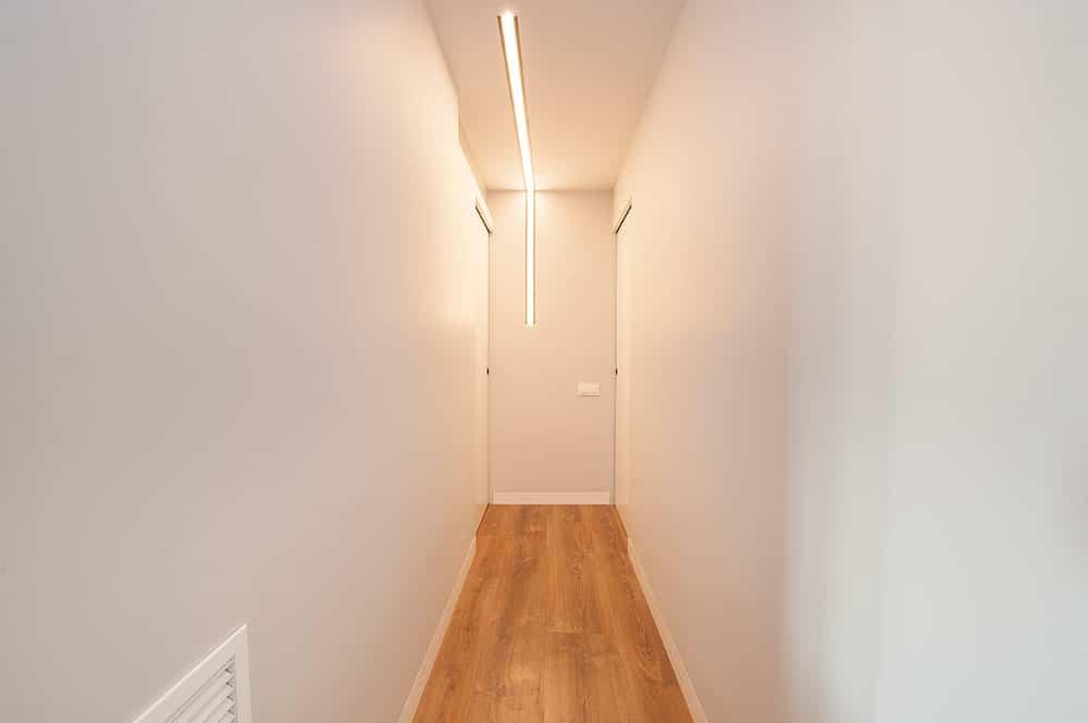 Tira Led en L de diseño para iluminar pasillo de piso.