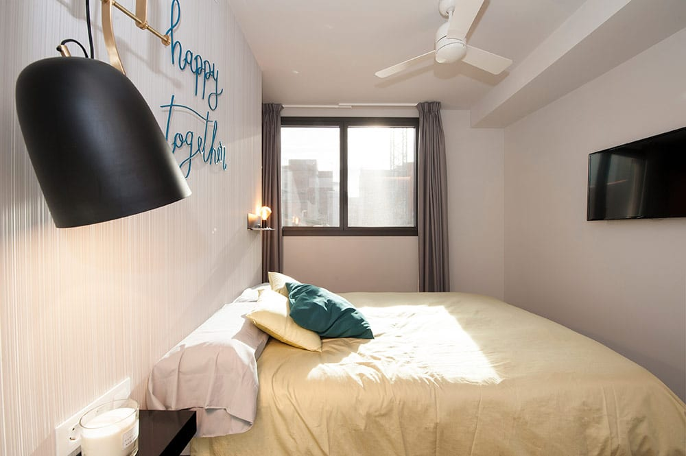 Dormitorio principal moderno con tonos grises.