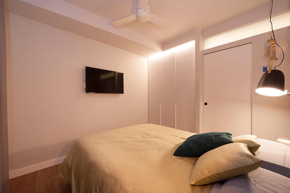 Televisión colgada a la pared en dormitorio principal
