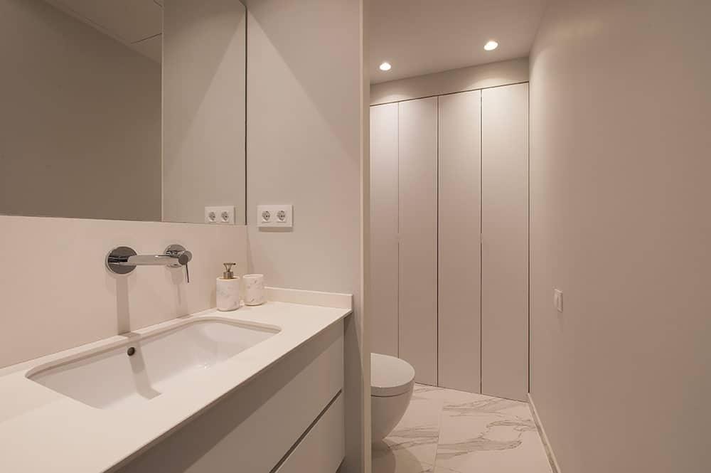 Baño con mobiliario lavabo en color blanco