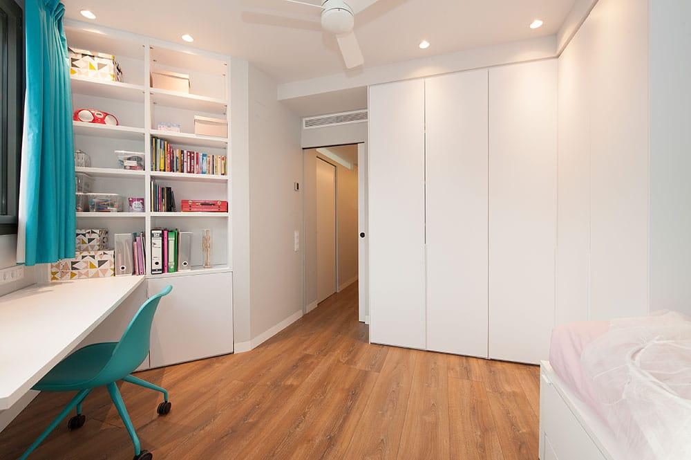 Mobiliario blanco fabricado a medida para dormitorio juvenil