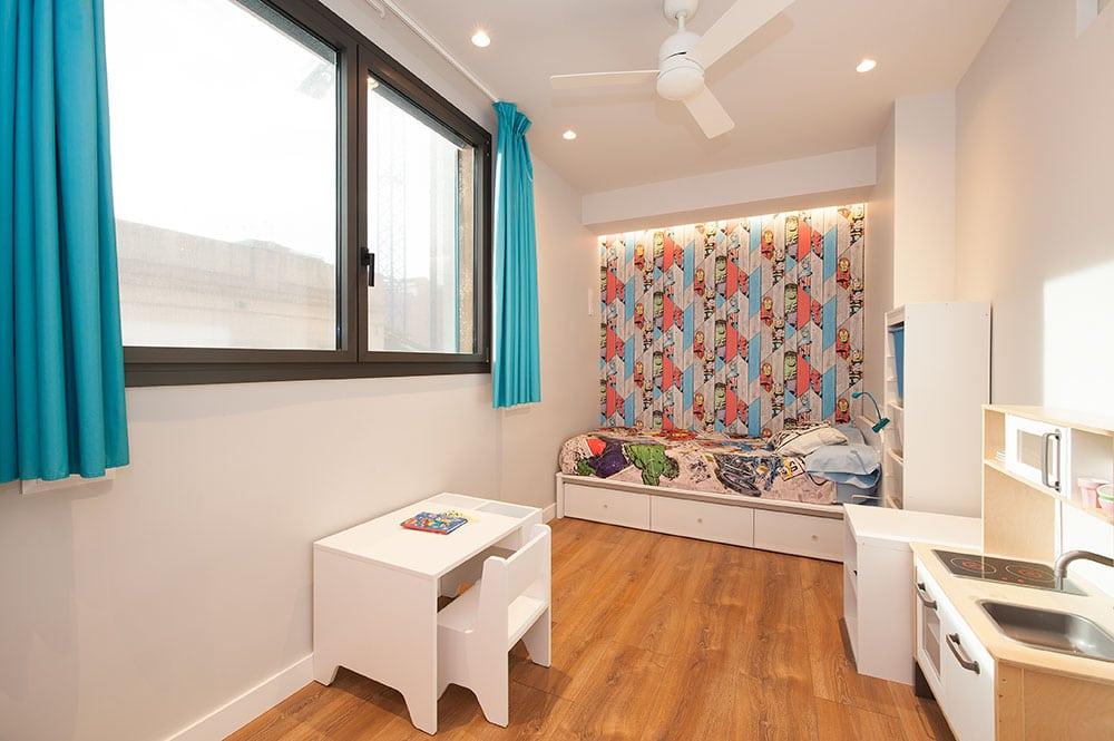 Dormitorio infantil con temática héroes. Diseño sincro