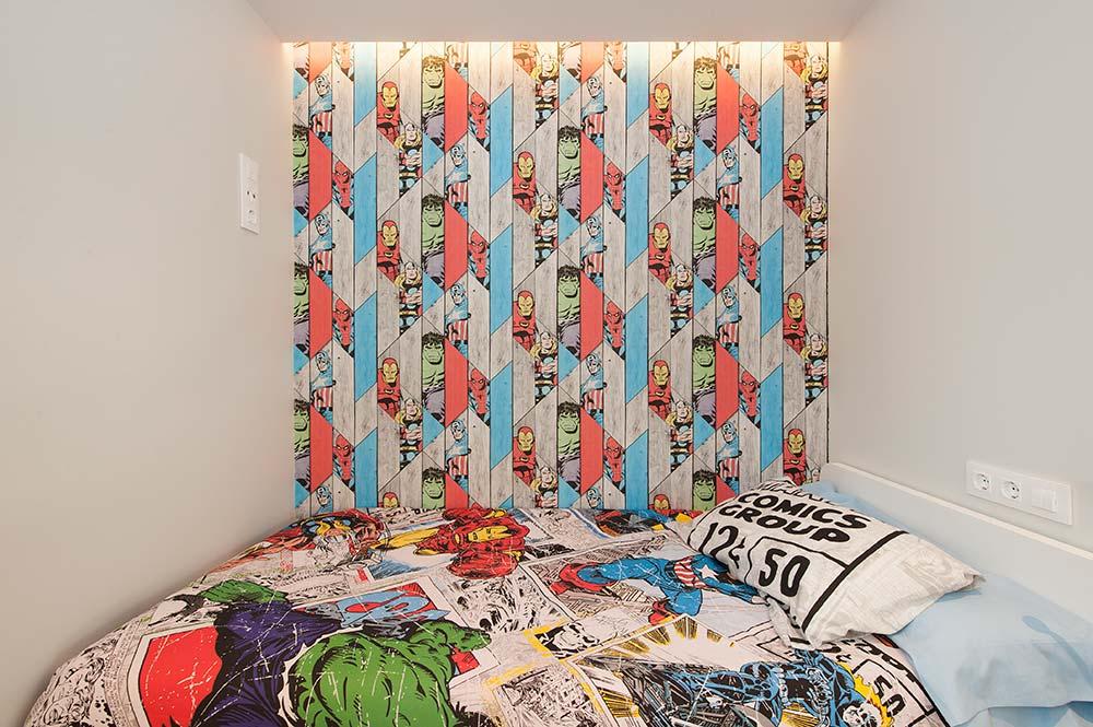 Papel dibujo héroes vescom en pared de dormitorio infantil