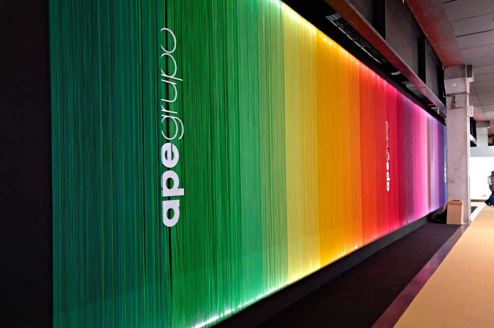 Stand feria cevisama con cuerdas de colores