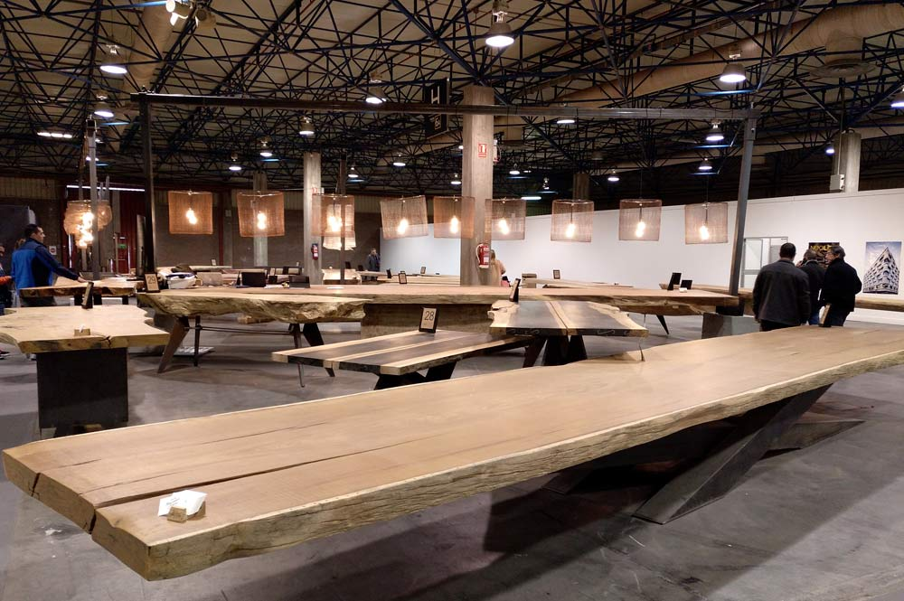 Mesa de madera muy grande de tronco y patas de hierro. Cevisama 2019