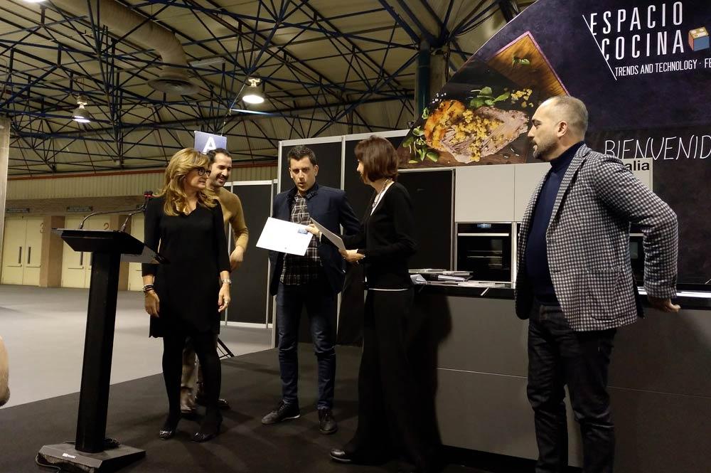 Entrega diploma a Sincro de la Revista Cocinas y Baños