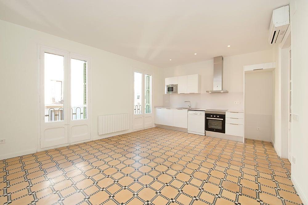 Salón con cocina lineal. Suelo hidráulico. Reforma de piso para alquilar.