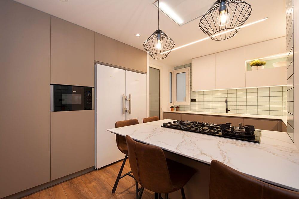 Cocina con armarios de almacenaje. Colores gris, blanco y verde. Reforma cocina Sincro.