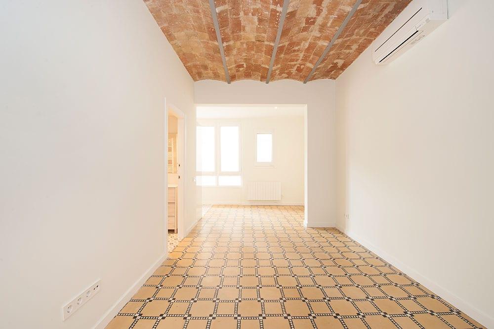 Piso antiguo reformado para alquilar. Techo bóveda catalana y suelo hidráulico.
