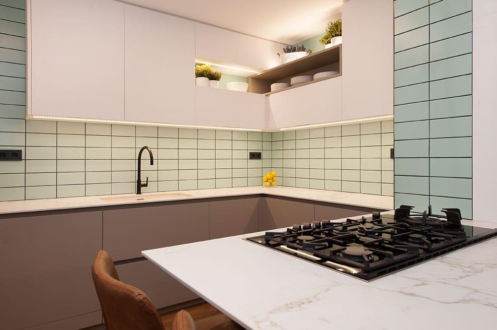 Cocina con fogones en la península y con barra y taburetes. Diseño de cocina Sincro.