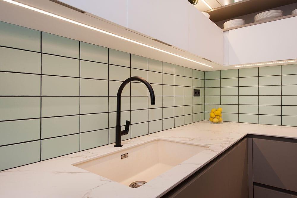 Grifería negra, una tendencia en baños y cocinas