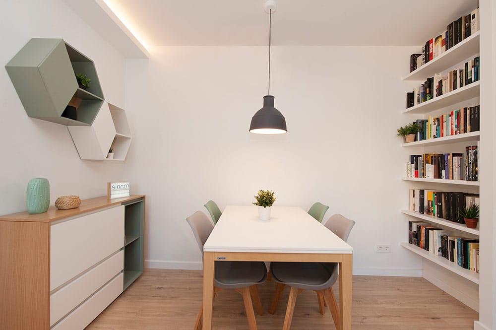 Comedor con mueble bufete y librería. Lámpara colgante sobre mesa. Proyecto Sincro.