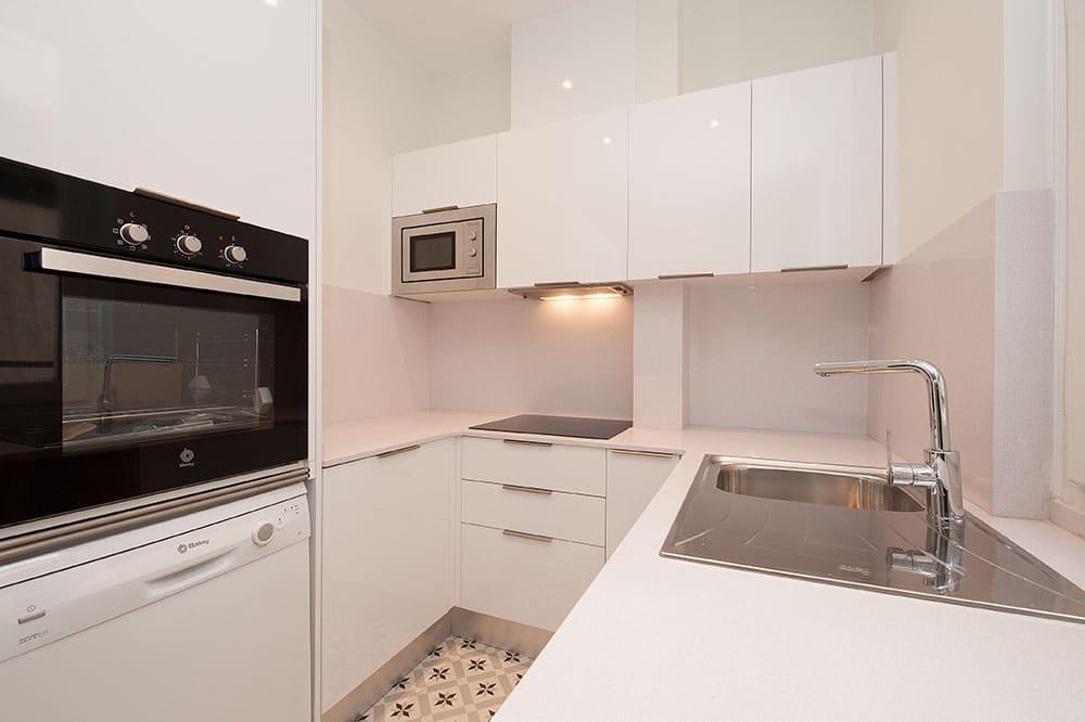 Mobiliario de cocina en forma de U. Reforma para alquiler Sincro.