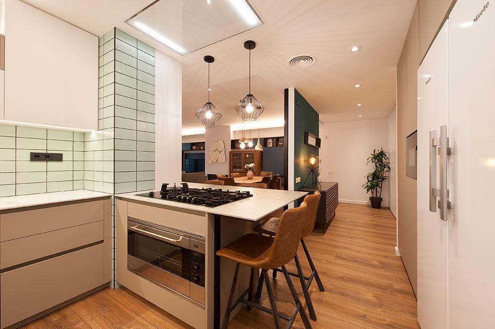 Cocina abierta al salón recibidor. Reforma de pisos Sincro.