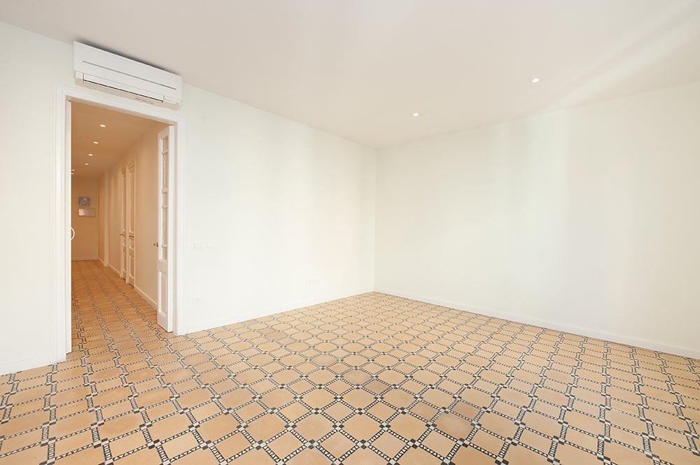 Suelo baldosa hidráulica restaurado en un piso reformado para alquilar.