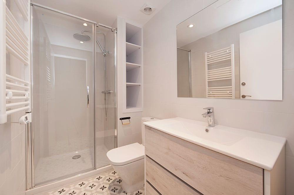 Baño en blanco y gris. Reforma piso para alquilar.