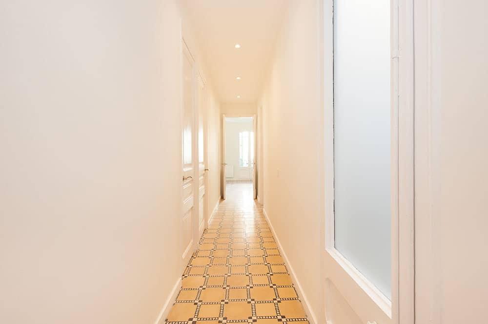 Pasillo piso antiguo rehabilitado y reformado en Barcelona