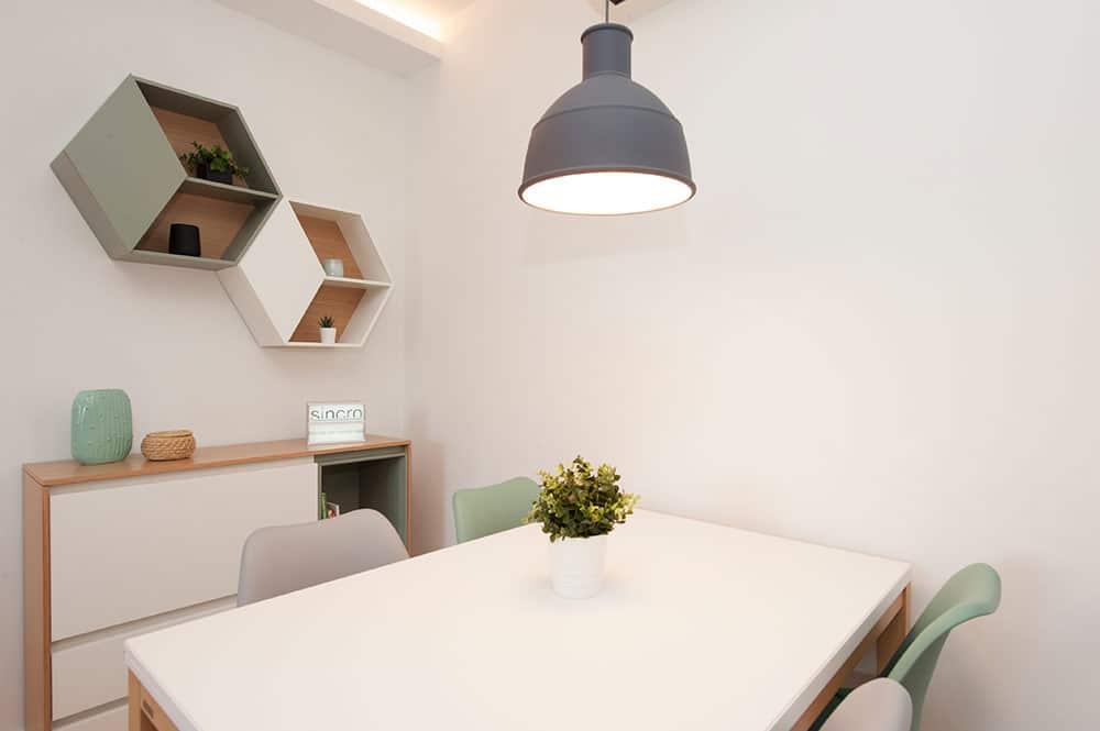 Mesa y silla comedor en color blanco, gris y verde. Mobiliario Sincro