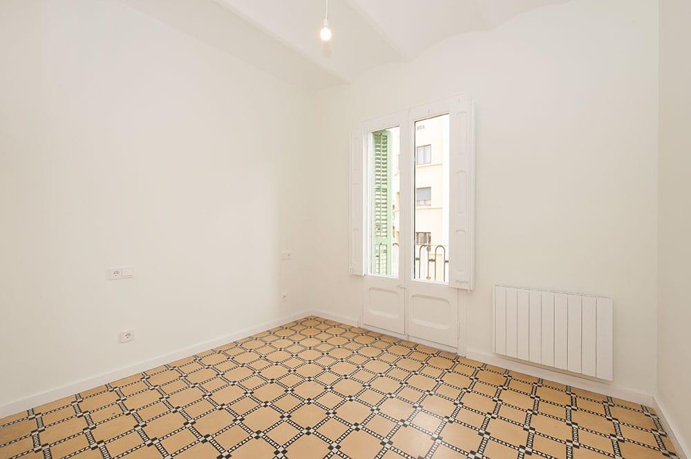 Dormitorio sin amueblar reformado para piso de alquiler. Suelo hidráulico.