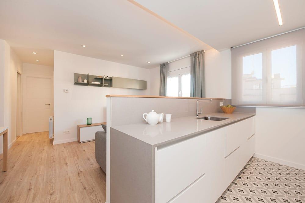 Mueble de cocina y zona de aguas que hace separador de cocina y sala de estar