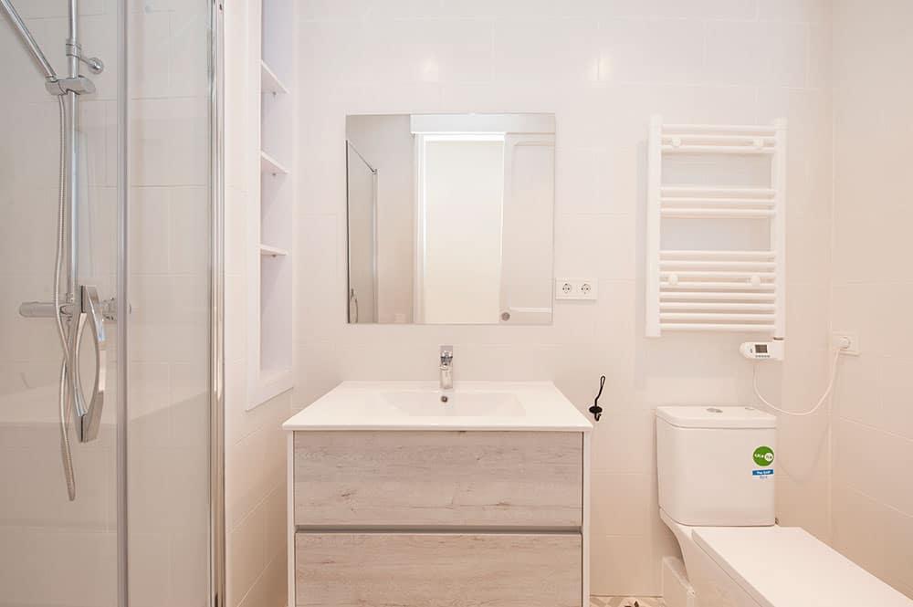 Cuarto de baño reforma básica para piso de alquiler.
