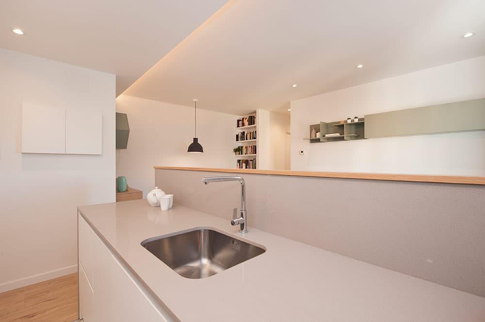 Separador cocina salón con muebles cocina y zona de aguas.