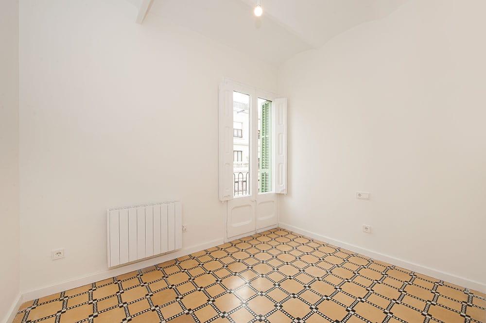 Dormitorio sin amueblar rehabilitado y reformado en un piso para alquilar en Sant Gervasi de Barcelona. Sincro