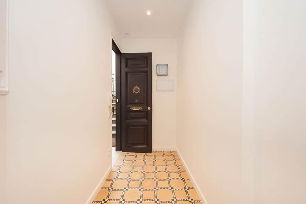 Restauración puerta acceso vivienda. Rehabilitación piso antiguo para alquiler Sincro.