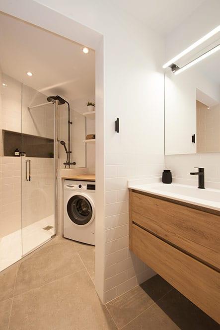 Baño estilo escandinavo en blanco y madera. Grifería en color negro.
