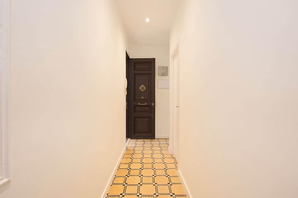 Puerta de estilo modernista piso antiguo en Barcelona. Restaurada por Sincro.