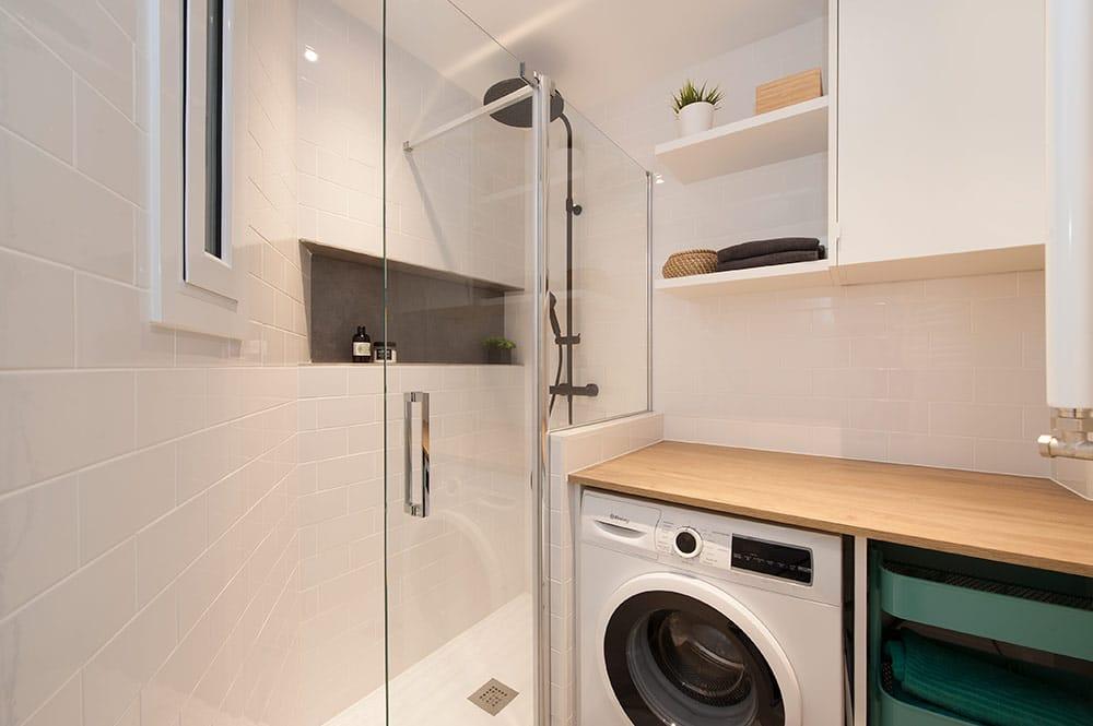 Pequeña zona laundry dentro del baño