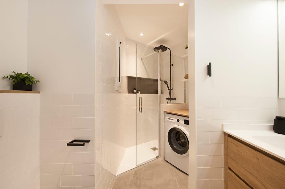 Baldosa tipo metro blanco en baño