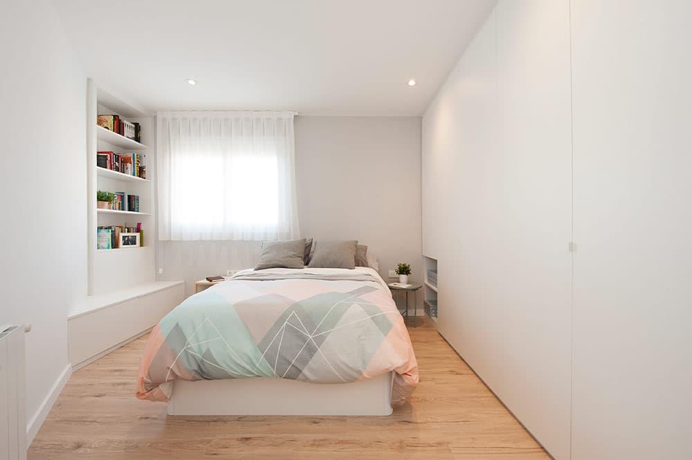Dormitorio principal con armarios fabricados a medida. Sincro