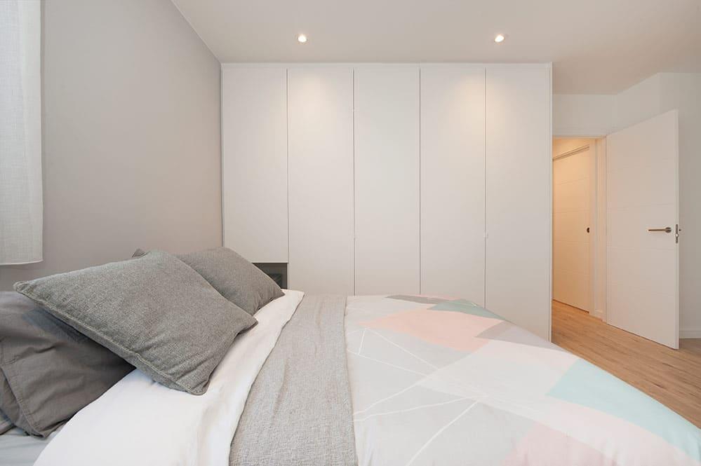 Armario grande blanco fabricado a medida en el dormitorio.