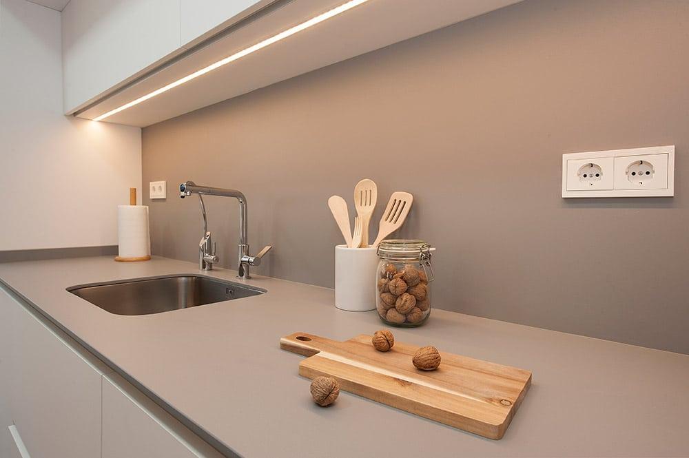 Encimera cocina Silestone en gris y con accesorios.