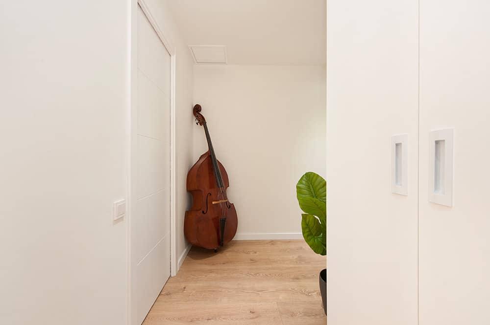 Violonchelo en el pasillo que sirve como elemento decorativo.