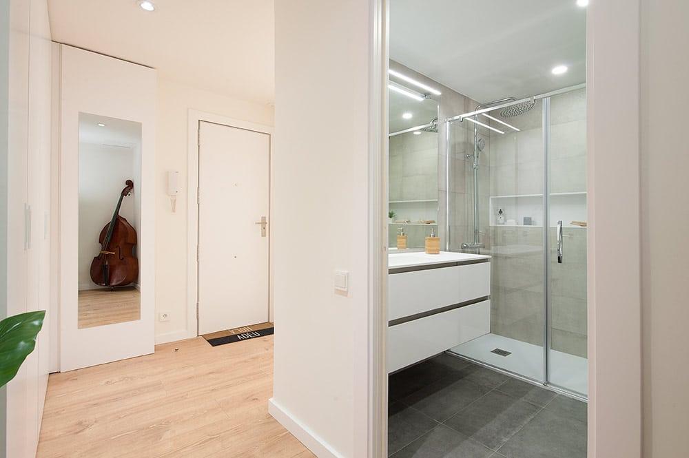 Vistas del baño des del pasillo.