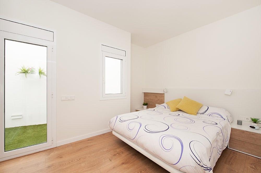 Dormitorio principal con acceso al patio interior.