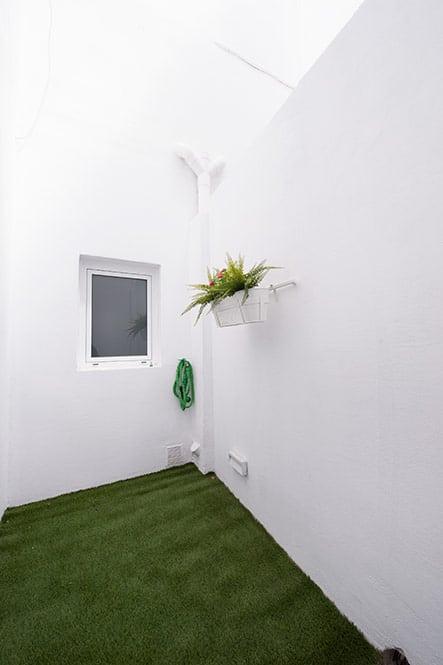 patio interior con césped artificial