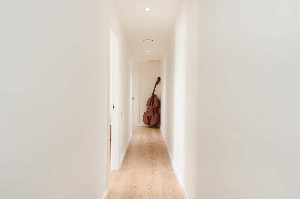 Pasillo con el instrumento de música violonchelo de decoración