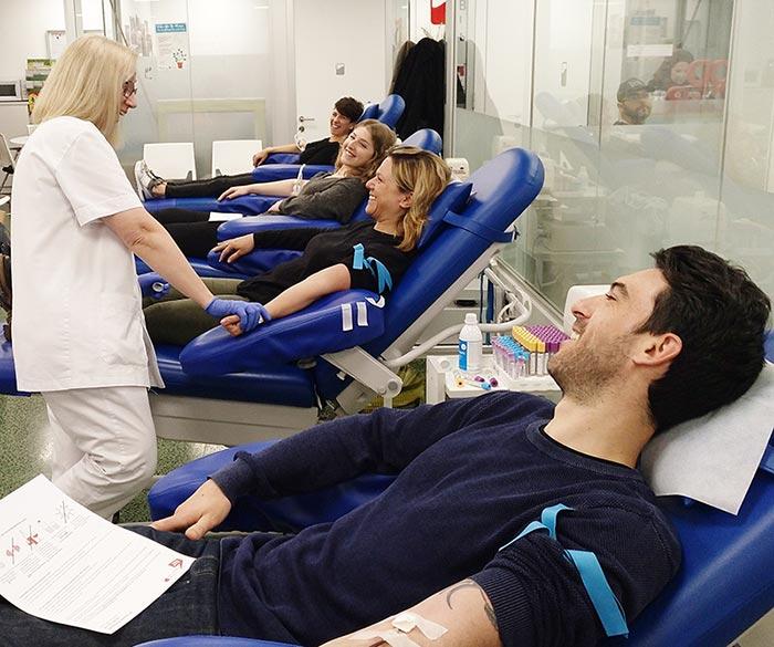 Equipo de Sincro donando Sangre Hospital Clínic. Donación en grupo.